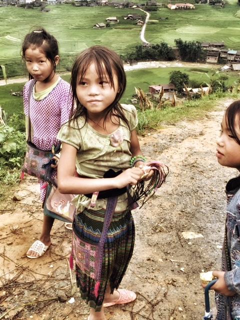 piccole Hmong in un villaggio